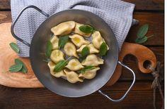 Aus Mehl, Eiern und 75 ml Wasser einen Nudelteig zubereiten. Wenn notwendig ein bisschen mehr Wasser zugeben. Den Teig so lange kneten bis er nicht mehr klebt. Eine Kugel formen, mit Olivenöl bestreichen und zugedeckt ruhen lassen.Kartoffeln in Salzwasser kochen und noch warm durch die Presse drucken. Räucherspeck und Zwiebeln fein hacken und anbraten (ohne Öl). Alle Zutaten gut mischen und mit Salt und gehacktem frischem Majoran würzen.Teig sehr dünn ausrollen (1-2 mm dick, bei…