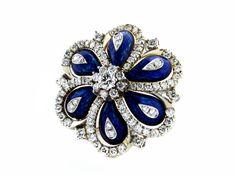 Durchmesser: ca. 3 cm. Gewicht: ca. 19,8 cm. WG 750. Dekorative florale Brosche mit Blütenblättern aus blauer Transluzid-Emaille, umrahmt von feinen...