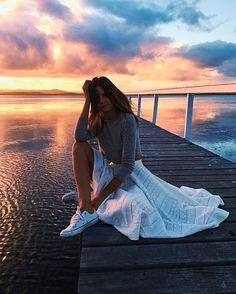 Jessica Stein combina saia longa branca com blusa cinza e all star Bondi Beach Australia, Coast Australia, Sidney Australia, Cairns Australia, Melbourne Australia, All Star, Australia Wallpaper, Fashion Models, Girl Fashion