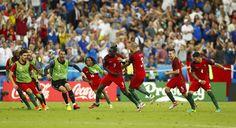 Portugal wehrt sich, Portugal gibt ohne CR7 nicht klein bei, Portugal kämpfte für seinen am Boden zerstörten Kapitän. Das EM-Finale ist ein Drama – mit Cristiano Ronaldo in ungewohnter Rolle. - Bild 2 von 23