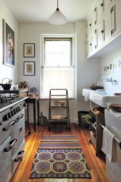 Don't feel limited by a small kitchen space. Get design inspiration from these charming small kitchen designs. Cozy Kitchen, Kitchen Decor, Narrow Kitchen, Kitchen Rug, Nice Kitchen, Kitchen Ideas, Kitchen Layout, Unfitted Kitchen, Kitchen Carpet