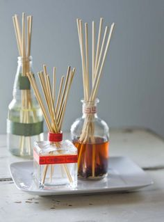 DIY Scented Oil Reed Diffuser - love re-using bottles. Maybe I can use up some leftover ribbon or fabric to decorate the bottles? Homemade Reed Diffuser, Diffuser Diy, Diffuser Sticks, Home Scents, Fall Scents, Scented Oils, Diy Cleaning Products, Cleaning Spray, Diy And Crafts