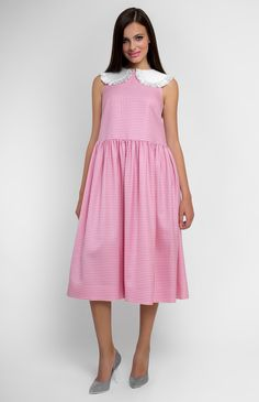 Boxy fine-wool sleeveless dress. Turndown cotton collar with a real silk gather. Low neckline and buttons back. Without pockets.