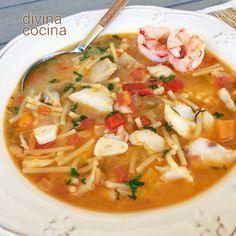 RECETA AL MINUTO de la abuela María Luisa. Para la sopa de pescado: 1 sofrito de cebolla, ajos, pimiento rojo o verde (o ambos) y tomate pelado. Para aligerar puedes usar un preparado para sofrito envasado – Caldo casero de pescado (250 ml por persona) - 100 gr de pescado blanco (puede ser congelado) por persona – Sal, pimienta, perejil y 1 hoja de laurel – Aceite de oliva virgen extra - 1 puñado de fideos gruesos por persona Seafood Recipes, Mexican Food Recipes, Soup Recipes, Cooking Recipes, Healthy Recipes, Ethnic Recipes, Spanish Recipes, Healthy Food, Guatemalan Recipes