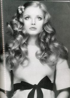 "Ewa Aulin with long loose curls achieved by wrapping wet hair in ""rag rollers"" fashioned from pieces of fabric. photographed by Gianni Turilazzi for Vogue Italia, November 1970 1970s Hairstyles, Vintage Hairstyles, Renaissance Hairstyles, Vintage Beauty, Vintage Fashion, Vintage Makeup, Swedish Actresses, Portraits, Up Girl"