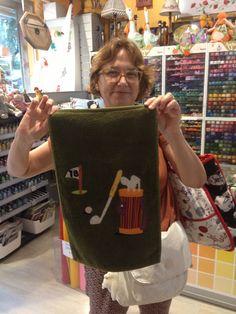 nuestra alumna Pilar con una toalla ,regalo para su marido , amante del golf, felicidades