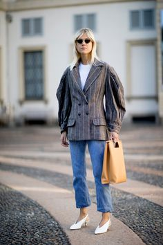 Milan Fashion Week Street Style Spring We love this jacket with the oversized sleeves Street Style Chic, Milan Fashion Week Street Style, Spring Street Style, Cool Street Fashion, Street Style Looks, Autumn Winter Fashion, Spring Fashion, Trend Fashion, Printemps Street Style