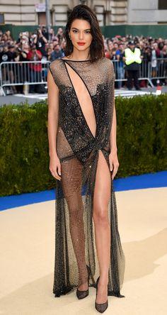Kendall Jenner sorpendió con un diseño provocador de la firma La Perla, escote, transparencias y hasta dejó ver la ropa interior (Getty Images)