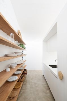 A white beach house - butlers pantry with timber shelves Scullery Ideas, White Beach Houses, Timber Shelves, Contemporary Beach House, Sunrise Home, Timber Kitchen, Beach House Plans, Coastal Bedrooms, Beach Bathrooms