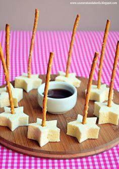 Ideia de petisco para festas! Queijo coalho com caldo de cana (que acredito que possa ser substituido por mel) espetado do salgadinho!
