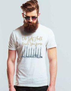 The Light Shall Guide You Home Erkek Tişört, hiç bir yerde bulamayacağınız özel tasarıma sahiptir. Tişört krallığı The Chalcedon. 100'de 100 Pamuk Tişört.