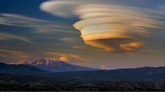 Las nubes lenticulares son nubes que se forman cuando el aire húmedo fluye sobre una montaña y en grandes pilas y capas. Debido a su extraña forma, estas nubes son a menudo confundidas con ovnis.