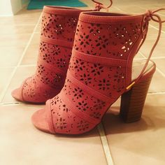 Come on spring!!! These babies just came in the mail and Im so in love!!! Oh the possibilities!!! Jumpers. Jeans. Dresses. Oh my! #shoes #shoesaddict #peeptoebooties #peeptoe #rose #springbreak #springfashion