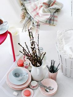 You're in for a beautiful breakfast in bed. The romantic ARV tableware series comes in pink and white, and will make your meals feel just a bit more special.