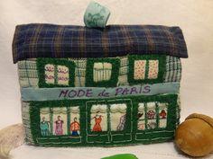 Déco de Noël ou jouet, une maison en textiles recyclés, la boutique de mode.