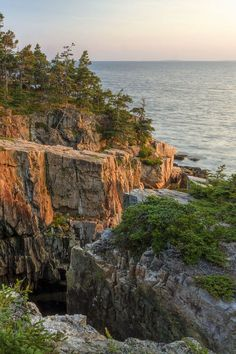The Schoodic Peninsula is found on the mainland, unlike the other two sections of the park and is much less crowded. Heading to Acadia? These are the best things to do in Acadia National Park. It's one of our favorite weekend trips from NYC and we added in tons of tips for your visit // Local Adventurer #acadia #nationalpark #mainething #maine #localdaventurer #visittheusa #acadianationalpark Acadia National Park, National Parks, Boulder Beach, Echo Lake, Mount Desert Island, Lake Beach, Texas Travel, Travel Images, Adventurer