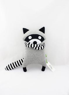 Raton Laveur Jouet Peluche Doudou fait main 2019 Waschbär Hund Spielzeug Plüsch Kuscheldecke von AtelierMiracle The post Raton Laveur Jouet Peluche Doudou fait main 2019 appeared first on Fabric Diy. Softies, Plushies, Fabric Animals, Sock Animals, Fabric Toys, Fabric Crafts, Racoon, Sewing Toys, Felt Toys