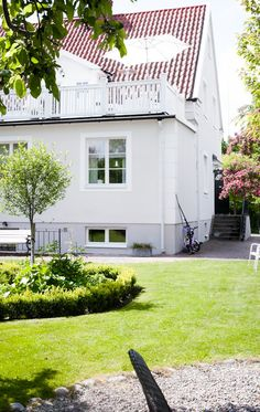 Baksidan på det vackra huset House Windows, Facade House, Paint Colors For Home, House Colors, House Of Philia, Village House Design, House Extensions, Scandinavian Home, White Houses