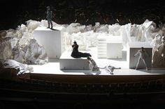Play. MODERN  Хороший пример использования бумаги в сценическом дезайне.