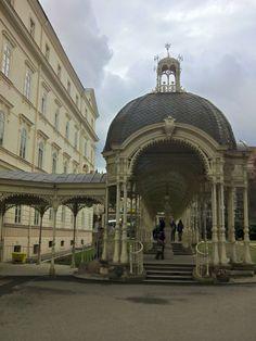 Karlovy Vary es una ciudad balneario de Bohemia, región occidental de la República Checa, en la confluencia de los ríos Ohře y Teplá.