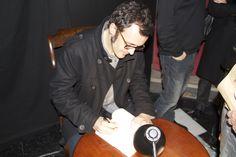 Isaac Rosa, firmando un ejemplar de su libro.
