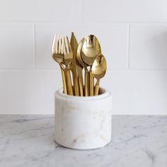 Kullatut aterimet Materiaali: Ruostumaton teräs- titaani-kulta pinnoitteella -Yhteensä 16 aterinta ja lahjapakkaus. -Voi pestä astianpesukoneessa