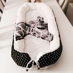 Giraf babynest med prikker via Stroemsholt Design. Click on the image to see more!