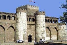 """Aquí se puede ver el Palacio de la Aljafería, en Zaragoza, España. """"El palacio fue edificado en el año 864 bajo Ibn-Alfage como residencia de recreo de los reyes árabes. Tras la reconquista de la ciudad sirvió por unos siglos de monasterio para monjes benedictinos. Durante los siglos XIV y XV fue convertido en residencia de los reyes de Aragón."""""""