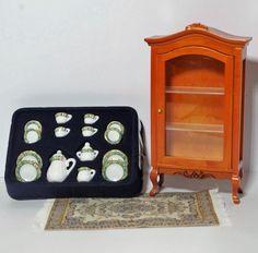 Vitrine, Kaffeeservice und Teppich 3 teiliges Set Puppenhaus Möbel für die Puppenstube 1:12   VM94001