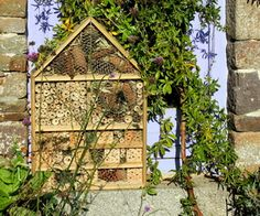 Home-made Deluxe Insect Hotel from repurposed wood. Hotel a insectes - de luxe. Hotel de insectos.