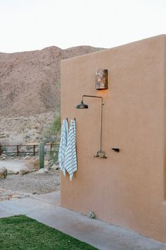 Inside a modern hacienda-style home located in the California desert. Read how the designer transformed this space into a modern bohemian oasis Outdoor Bathrooms, Outdoor Showers, Outdoor Kitchens, Outdoor Rooms, Outside Showers, Hacienda Style Homes, Santa Fe Style, Desert Homes, Home Staging