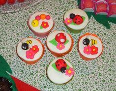 Festa Infantil - Joaninhas no Jardim, cupcakes com bichinhos de jardim modelados. http://www.suelicoelho.com.br/2012/03/festa-infantil-joaninhas-no-jardim-da.html