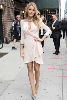 blake lively look outfit style serena gossip girl fashion icon Blake Lively Outfits, Blake Lively Dress, Blake Lively Style, Fashion Mode, Look Fashion, Girl Fashion, Fashion Heels, Suit Fashion, Nude Dress