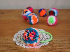 お花のポンポン髪飾りの作り方 その他 ファッション小物   アトリエ 手芸レシピ16,000件!みんなで作る手芸やハンドメイド作品、雑貨の作り方ポータル