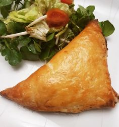 Cod Puffs - votes) Ingredients for 4 people: 2 slices of soaked cod 1 onion 1 leek 2 garlic cloves - Gourmet Desserts, Dessert Recipes, Plated Desserts, Good Food, Yummy Food, Tasty, Chefs, Portuguese Recipes, Fiber Foods