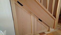 Un petit placard pour optimiser le rangement sous un escalier. Il est constitué de deux tiroirs montés sur roulettes en contreplaqué peuplier avec 2 façades rapportées en hêtre massif.