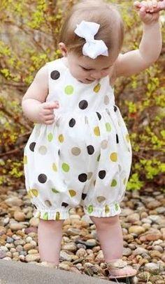 Resultado de imagem para macacão infantil feminino de tecido Old Dresses, Summer Dresses, Polka Dot Print, Polka Dots, Casual Clothes, Casual Outfits, Girl Outfits, Girls Rompers, Baby Girls