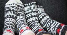 Kerroinkin aiemmin , että tein heinäkuun hääparille osaksi häälahjaa kirjoneulevillasukat. Keskenään melkein samanlaiset, mutta käänteisin ... Knitting Socks, Knit Socks, Designer Socks, Leg Warmers, Fingerless Gloves, Mittens, Pattern, Knits, Elsa