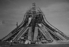 Clássicos da Arquitetura: Catedral Metropolitana de Nossa Senhora Aparecida, popularmente conhecida como Catedral de Brasília, no D.F., Brasil. Projetada pelo arquiteto Oscar Niemeyer,  foi o primeiro monumento a ser criado em Brasilia, com sua pedra fundamental lançada em 12/09/1958. Teve sua estrutura pronta em 1960, onde apareciam somente a área circular de 60 m de diâmetro, da qual se elevam 16 colunas de concreto num formato hiperbolóide, que pesam 90 ton.