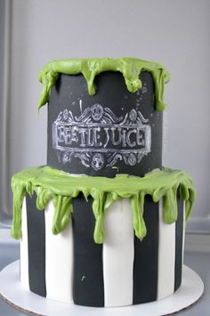 Omfg I neeed this! Halloween Desserts, Scary Halloween Cakes, Bolo Halloween, Halloween Treats, Halloween Party, Cupcakes, Cupcake Cakes, Beetlejuice Wedding, Beetlejuice Halloween