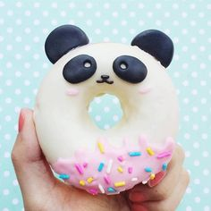 Diese Donuts sind so süß, dass wir ehrlich gesagt nicht wissen, ob wir sie essen können – вкусняшки - Yanna's Donuts Laden Panda Birthday Party, Panda Party, Panda Themed Party, Japanese Candy, Japanese Sweets, Japanese Gifts, Bolo Panda, Panda Cakes, Cute Donuts