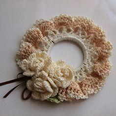 レース編み*ミルク色の薔薇シュシュ Crochet Bookmark Pattern, Crochet Edging Patterns, Crochet Headband Pattern, Crochet Crafts, Crochet Projects, Crochet Stitches For Beginners, Crochet Hair Accessories, Crochet Brooch, Bead Sewing