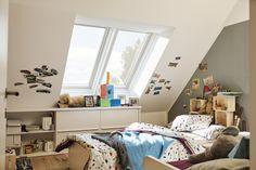 VELUX tetőtéri ablakok egy gyerekszobát is igazán hangulatos hellyé tesznek a tetőtérben.  #VELUX #FarmTüzép #Nyíregyháza Toddler Bed, Furniture, Home Decor, Home, Closet Solutions, Attic Spaces, Home Decoration, Storage, Child Bed