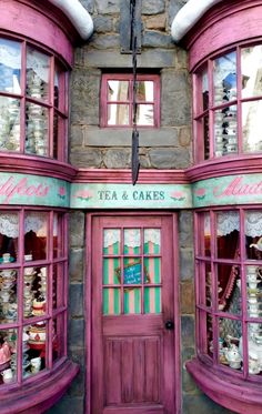 Madam Puddifoot's Tea Shop in Hogsmeade – Universal Studios Hollywood, Los A… Madam Puddifoots Teegeschäft in Hogsmeade – Universal Studios Hollywood, Los Angeles, Kalifornien Universal Studios, Universal Orlando, Universal Hollywood, Hogwarts, Slytherin, Tee Shop, Harry Potter Aesthetic, Shop Fronts, Harry Potter World