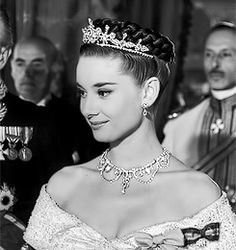 Audrey Hepburn as Princess Anne at the embassy ball in Roman Holiday 1953 Audrey Hepburn Photos, Audrey Hepburn Style, Audrey Hepburn Roman Holiday, Hollywood Glamour, Classic Hollywood, Old Hollywood, William Wyler, Princess Aesthetic, Actrices Hollywood