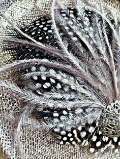 Tocado hecho a mano, con base de rafia tipo sombrero, combinado de plumas y adorno vintage con perla cultivada en el centro.