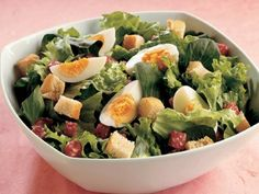 Büyük Mevsim Yeşillikleri Salatası   Geniş bir salata kasesinde zeytin yağı, limon suyu, hardal, tuz-karabiberi iyice karıştırın. Kasenin içine karışık yeşillikler, salam ve tost yapılmış ekmek küplerini ekleyip, iyice hep birlikte karıştırın. Yumurta dilimleri ile süsleyerek servis edin.