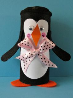 A cute winter craft for kids! Make this little penguin in no time, and best of all, it requires only a few materials.