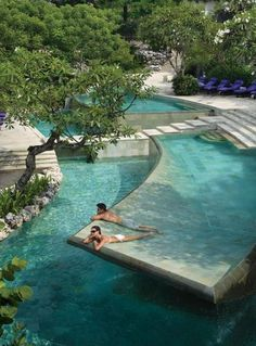 Now this is a solid idea. A slightly concave pool flooring that makes it easy to sunbathe and be in shallow water at the same time. Construct a pool in this way? Or one side of the pool? Maybe a wading pool out on the terrace to sunbath in privacy Dream Pools, Cool Pools, Awesome Pools, Spas, Pool Designs, My Dream Home, Dream Big, Water Features, Dream Vacations