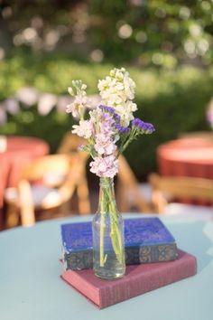 arranjo de flores para casamento: Aqui, além de vintage, os livros compõem o padrão cromático da decoração.